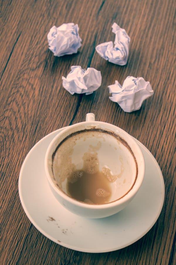 Tazza di caffè vuota con la grinza fotografia stock