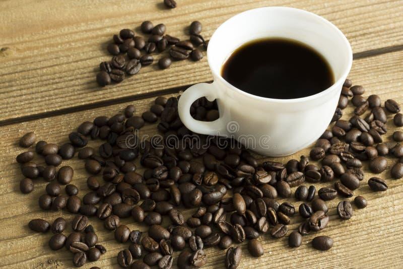 Tazza di caff? e dolce sulla tavola di legno fotografia stock