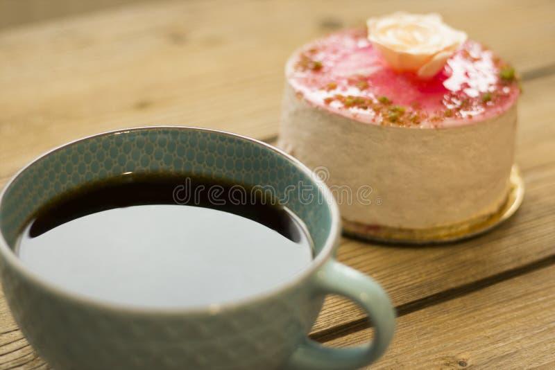 Tazza di caff? e dolce sulla tavola di legno immagini stock