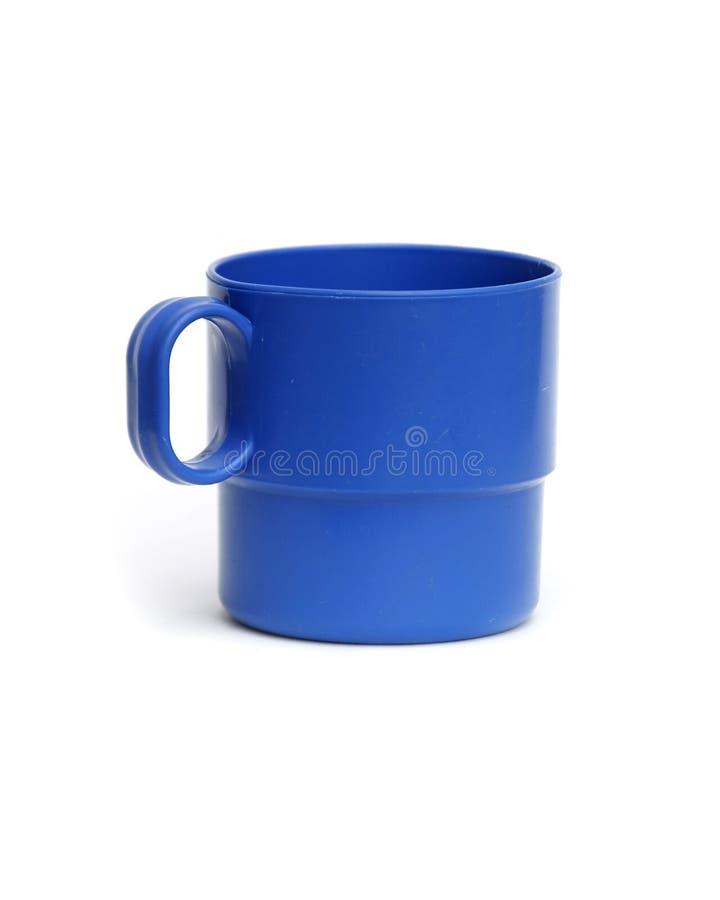 Tazza di campeggio di plastica blu isolata immagini stock