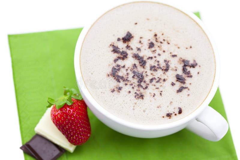 Tazza di cappuccino con cioccolato e la fragola fotografie stock libere da diritti