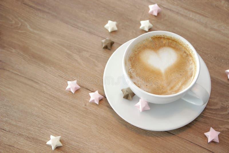 Tazza di cappuccino con schiuma in forma di cuore immagine stock libera da diritti