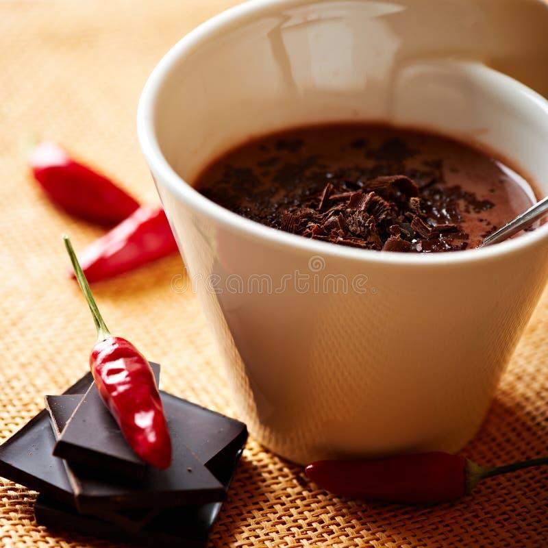 Tazza di cioccolato caldo con il pepe di peperoncino rosso immagini stock