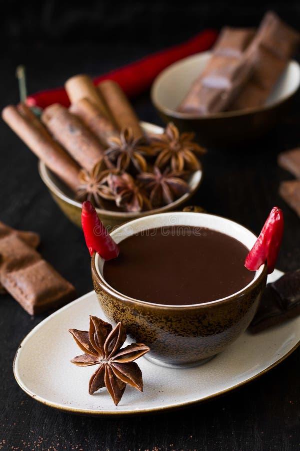 Tazza di cioccolato caldo con il pepe di peperoncino rosso fotografia stock libera da diritti
