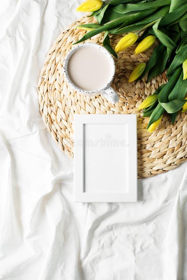 Tazza di coffe con i fiori e lo sketchbook fotografia stock