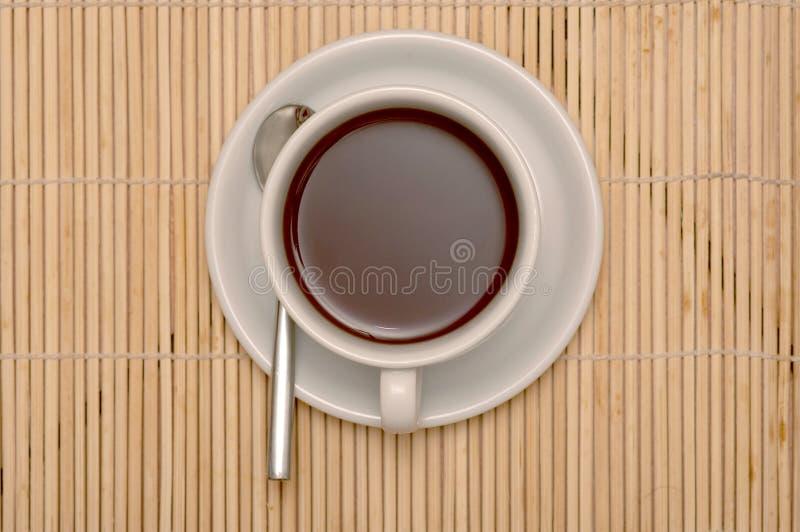 Tazza di coffe con i percorsi di residuo della potatura meccanica fotografia stock libera da diritti