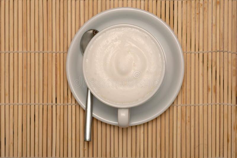 Tazza di coffe con i percorsi di residuo della potatura meccanica immagine stock