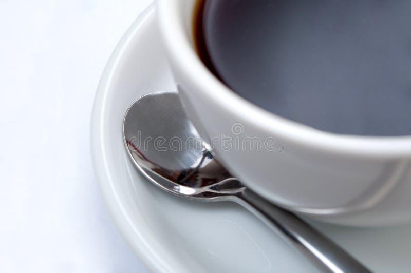 Tazza di Coffe con i percorsi di residuo della potatura meccanica fotografie stock
