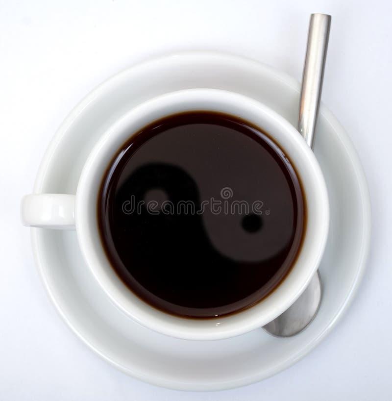 Tazza di Coffe con i percorsi di residuo della potatura meccanica fotografia stock