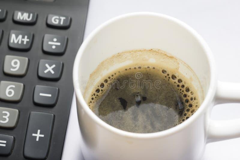 Download Tazza Di Coffe Con Il Primo Piano Del Calcolatore Dalla Vista Superiore Immagine Stock - Immagine di lavoro, ufficio: 56892915