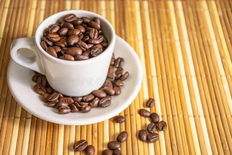 Tazza di Coffe ed interno del coffe dei fagioli immagini stock