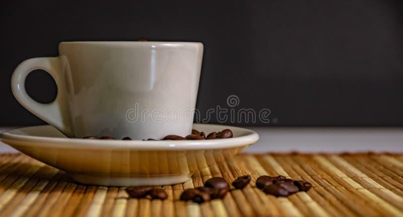 Tazza di Coffe ed interno del coffe dei fagioli immagini stock libere da diritti