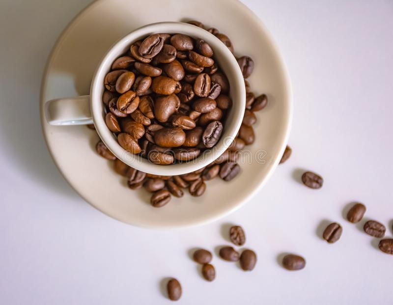 Tazza di Coffe ed interno del coffe dei fagioli fotografia stock libera da diritti