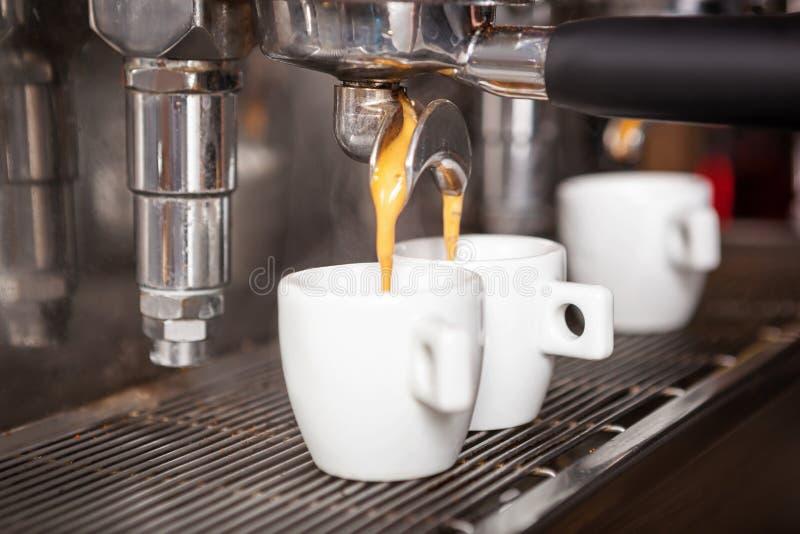 Tazza di fabbricazione a macchina del caffè del caffè espresso di Ttraditional del caffè del caffè espresso immagine stock