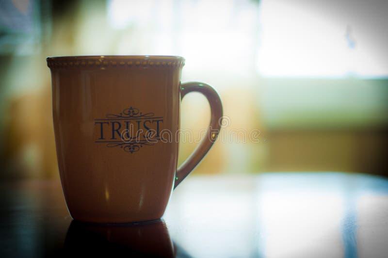Tazza di fiducia fotografie stock libere da diritti