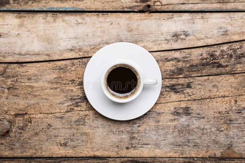 Tazza di forte coffe nero sulla tavola di legno fotografia stock
