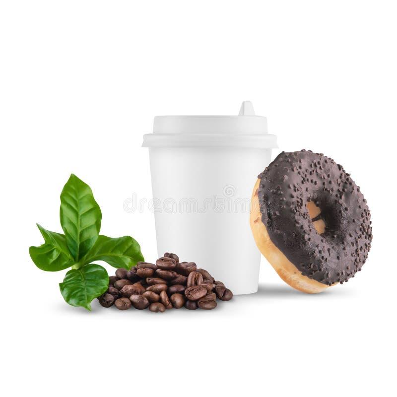 Tazza di Libro Bianco con il cappuccio bianco con i chicchi di caffè e la ciambella del cioccolato su un fondo bianco immagini stock libere da diritti