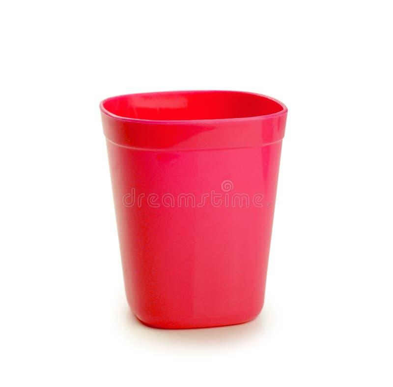 Tazza di plastica rossa isolata su fondo bianco fotografia stock