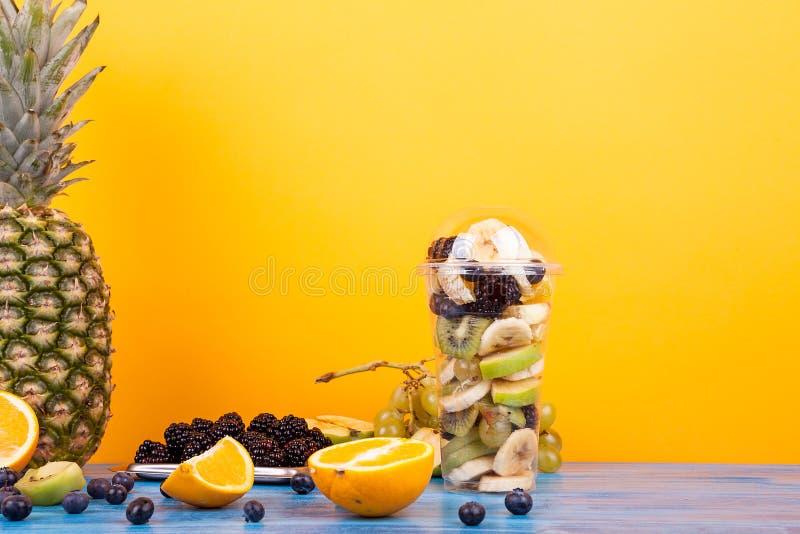 Tazza di Platic con il preparato della macedonia di frutta fotografie stock