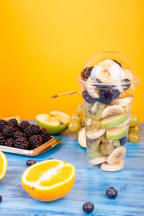 Tazza di Platic con il preparato della macedonia di frutta fotografia stock