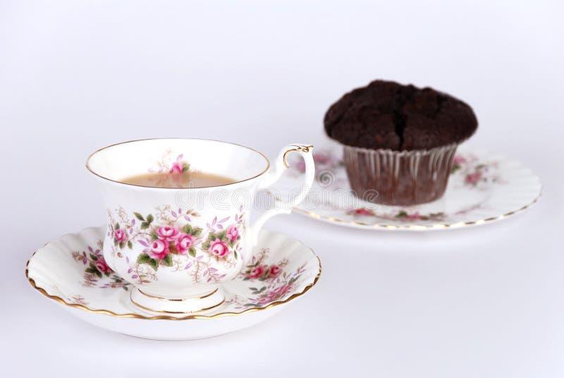 Tazza di tè & della focaccina del chip del choc fotografia stock libera da diritti