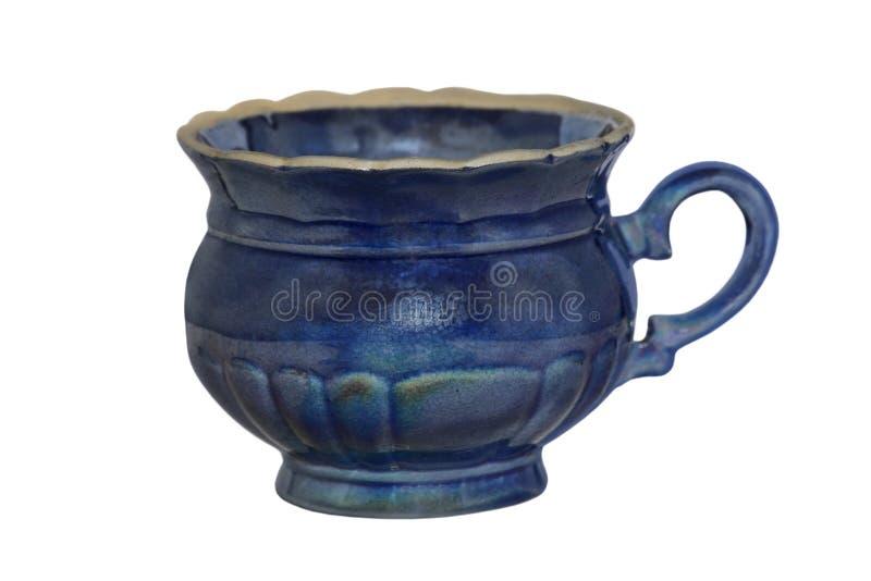 Tazza di tè ceramica di retro stile blu isolata su bianco immagini stock