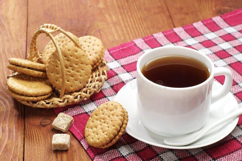Tazza di tè con i biscotti fotografie stock