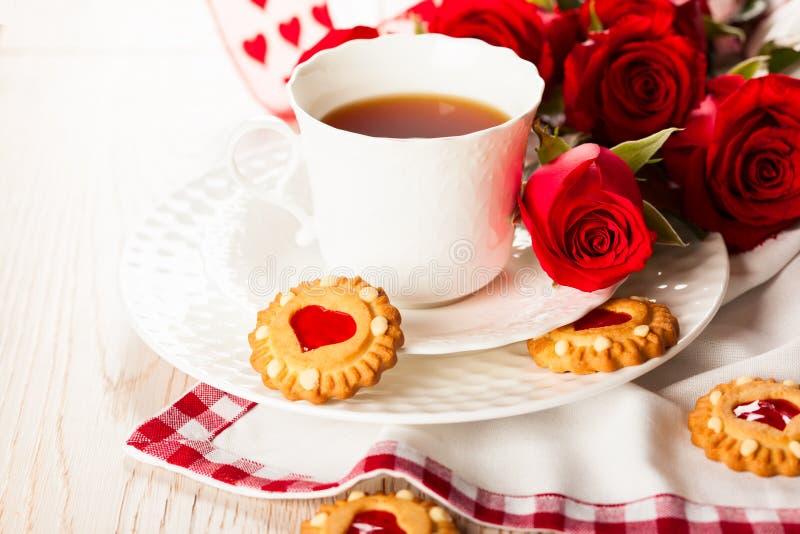 Tazza di tè con i biscotti per il San Valentino fotografia stock libera da diritti