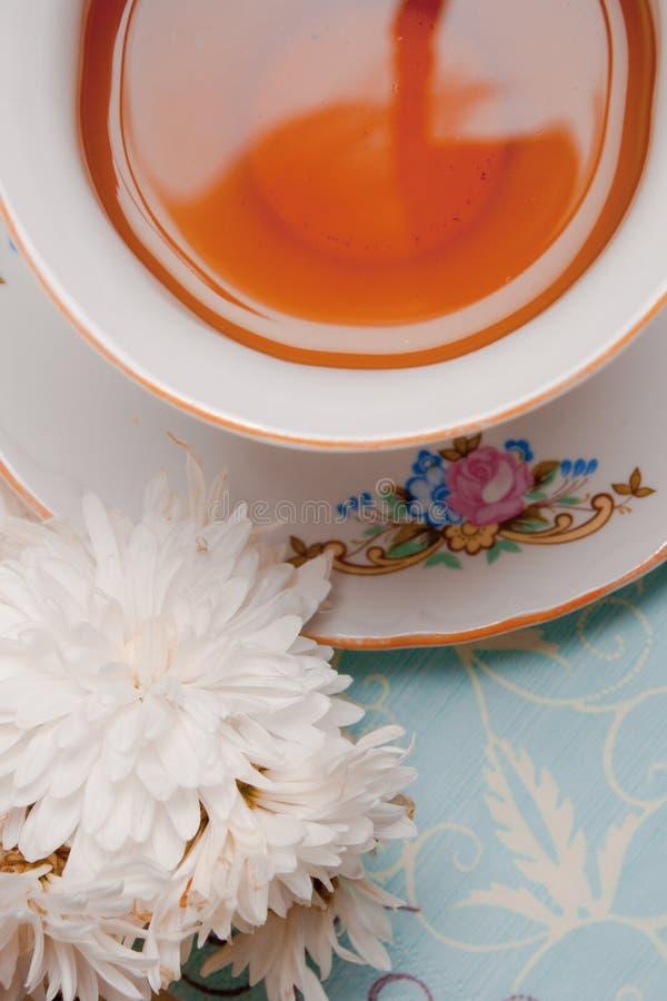 Tazza di tè con il fiore fotografia stock