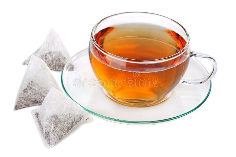 Tazza di tè con le bustine di tè della piramide immagine stock libera da diritti