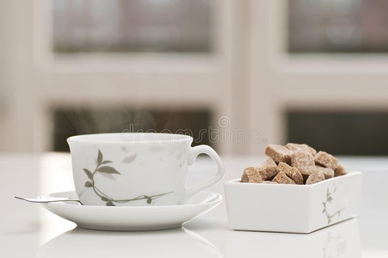 Tazza di tè con zucchero marrone immagini stock libere da diritti