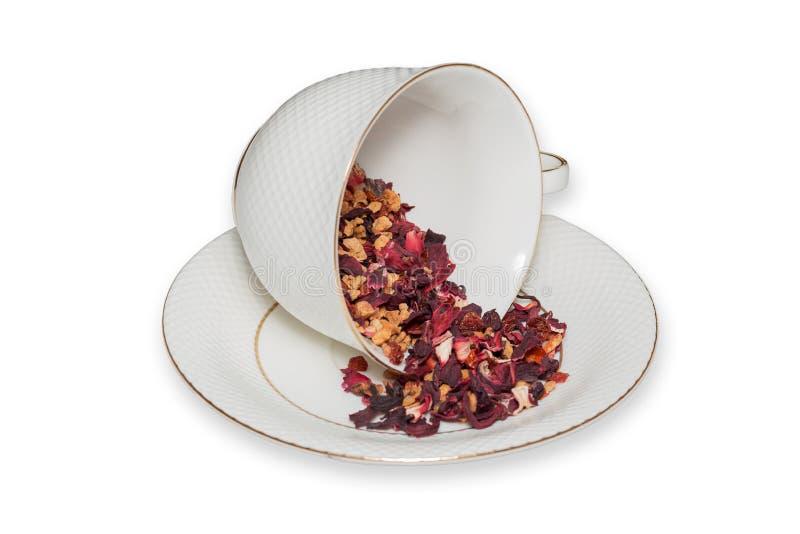 Tazza di tè delle foglie di tè della frutta su fondo bianco fotografie stock libere da diritti