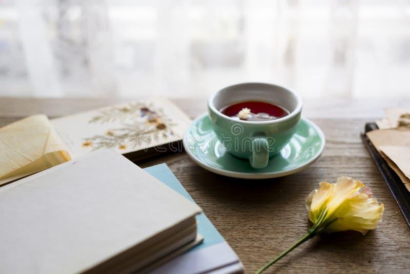 Tazza di tè di rilassamento della fioritura del fiore pacifica immagini stock libere da diritti