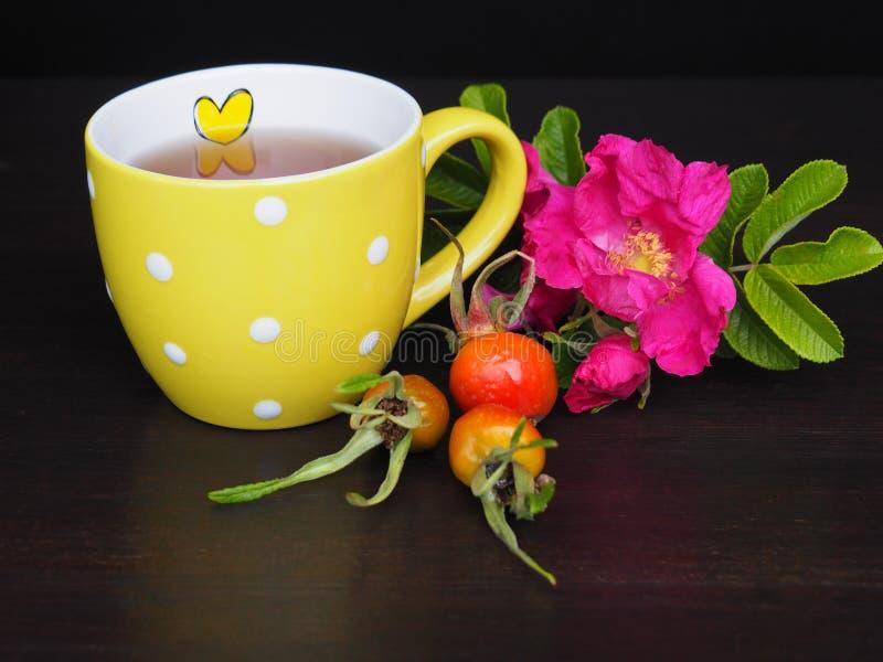 Tazza di tè e fiore gialli della rosa immagine stock libera da diritti