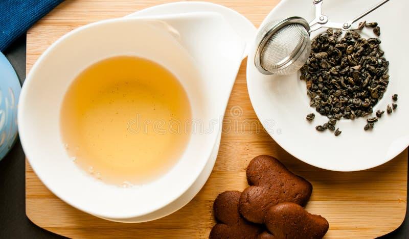 Tazza di tè servita con i biscotti del cioccolato fotografie stock