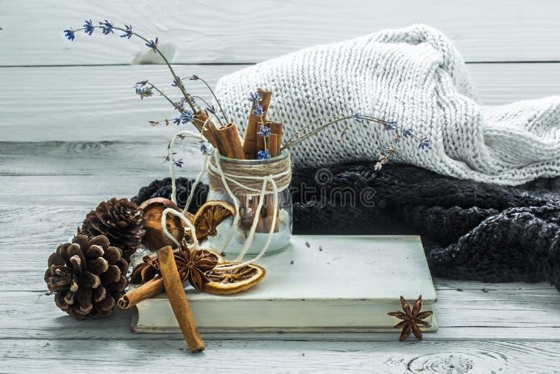 Tazza di tè su un bello fondo di legno con il maglione di inverno, vecchio libro immagine stock libera da diritti