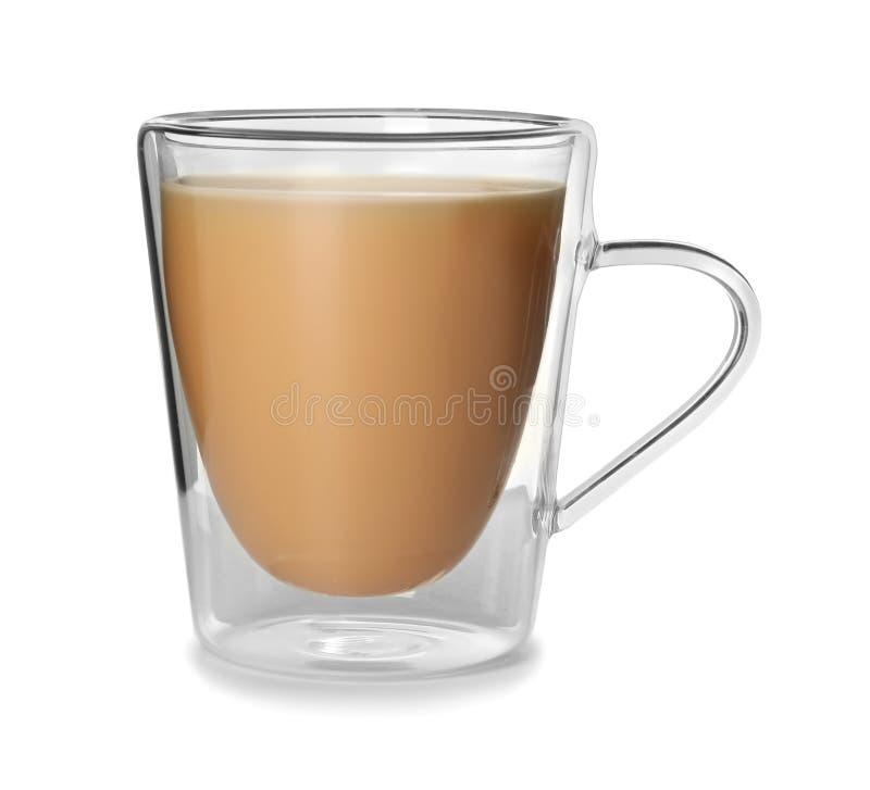 Tazza di vetro con tè nero e latte fotografia stock libera da diritti