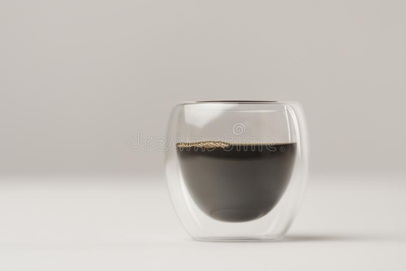 Tazza di vetro a doppia parete con caffè su fondo bianco fotografia stock