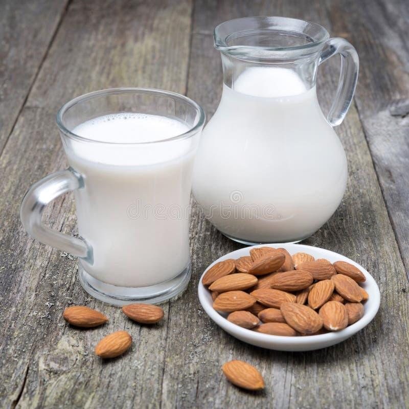 Tazza di vetro e della brocca con il latte della mandorla immagini stock libere da diritti