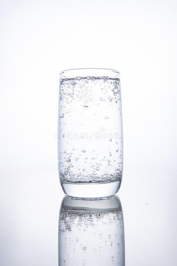 Tazza di vetro piena con acqua minerale pura gassosa fotografie stock libere da diritti