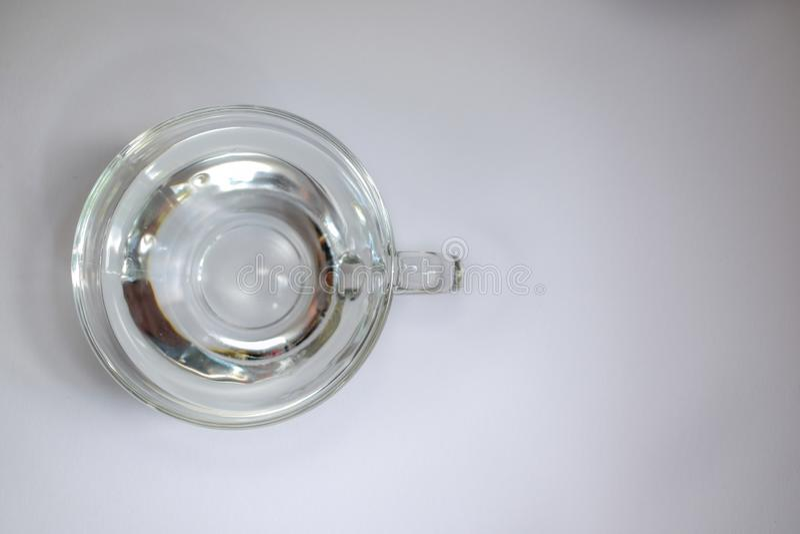 Tazza di vetro trasparente con acqua 5 immagine stock
