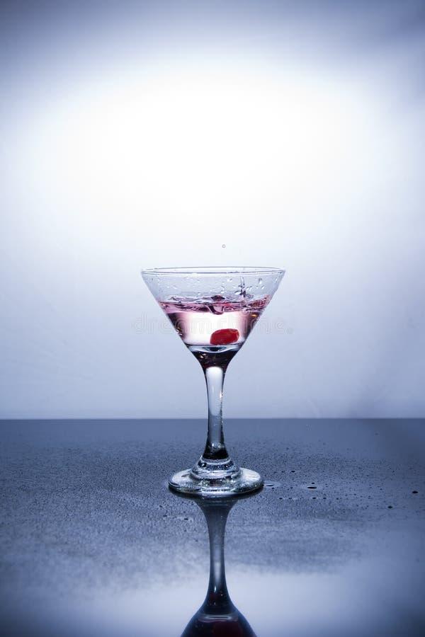 Tazza di vodka su fondo bianco fotografia stock