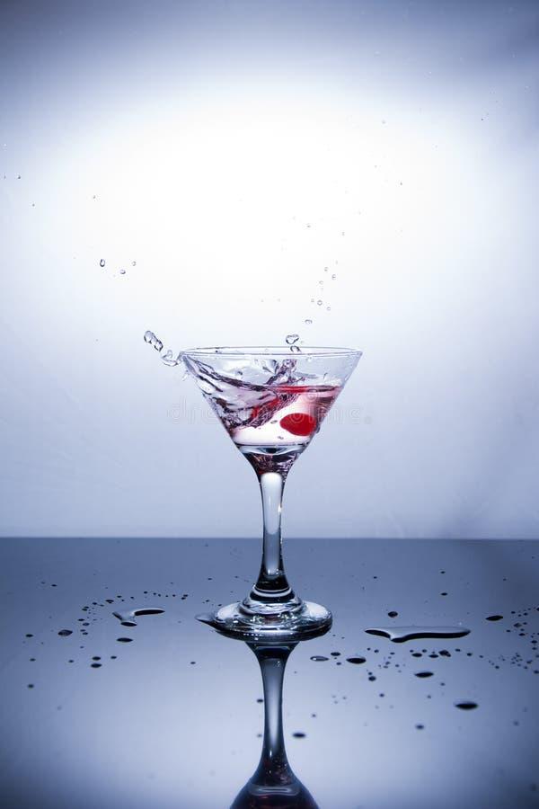 Tazza di vodka su fondo bianco fotografia stock libera da diritti