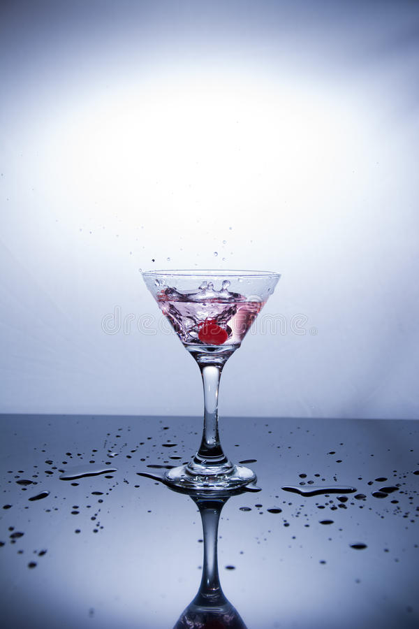 Tazza di vodka su fondo bianco fotografie stock