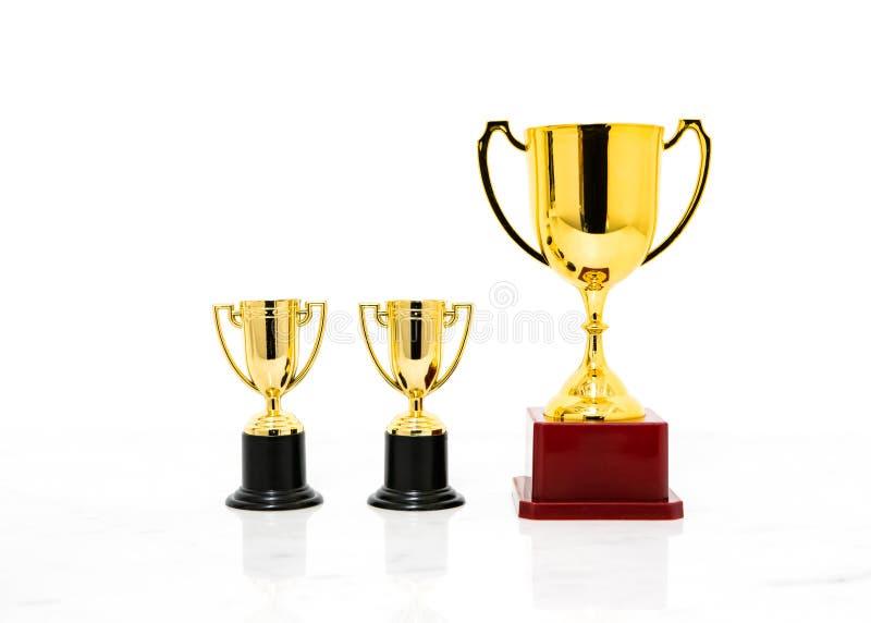 Tazza dorata del trofeo isolata su fondo bianco fotografia stock libera da diritti