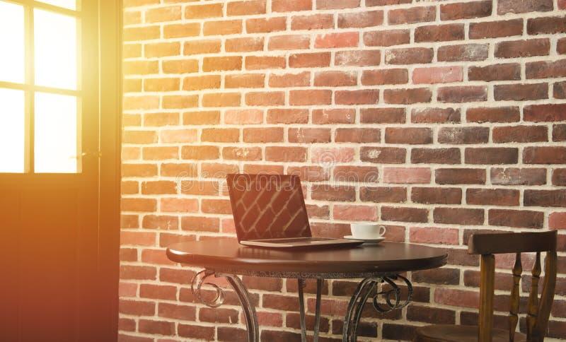 Tazza e computer portatile di caffè in caffetteria fotografia stock libera da diritti