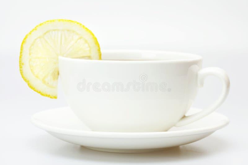 Tazza e limone bianchi immagine stock