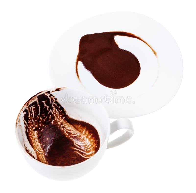 Tazza e piattino bianchi della porcellana con i motivi della carruba fotografie stock libere da diritti