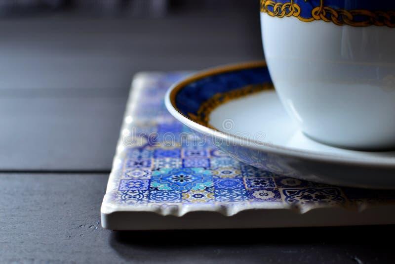 Tazza e piattino di tè su un placemat fotografie stock libere da diritti
