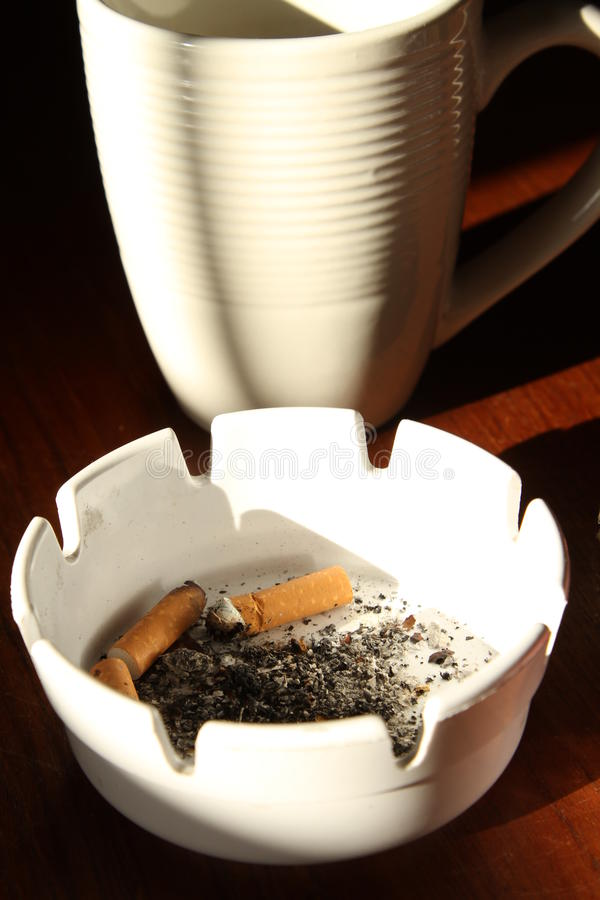 Tazza e sigaretta di caffè fotografia stock